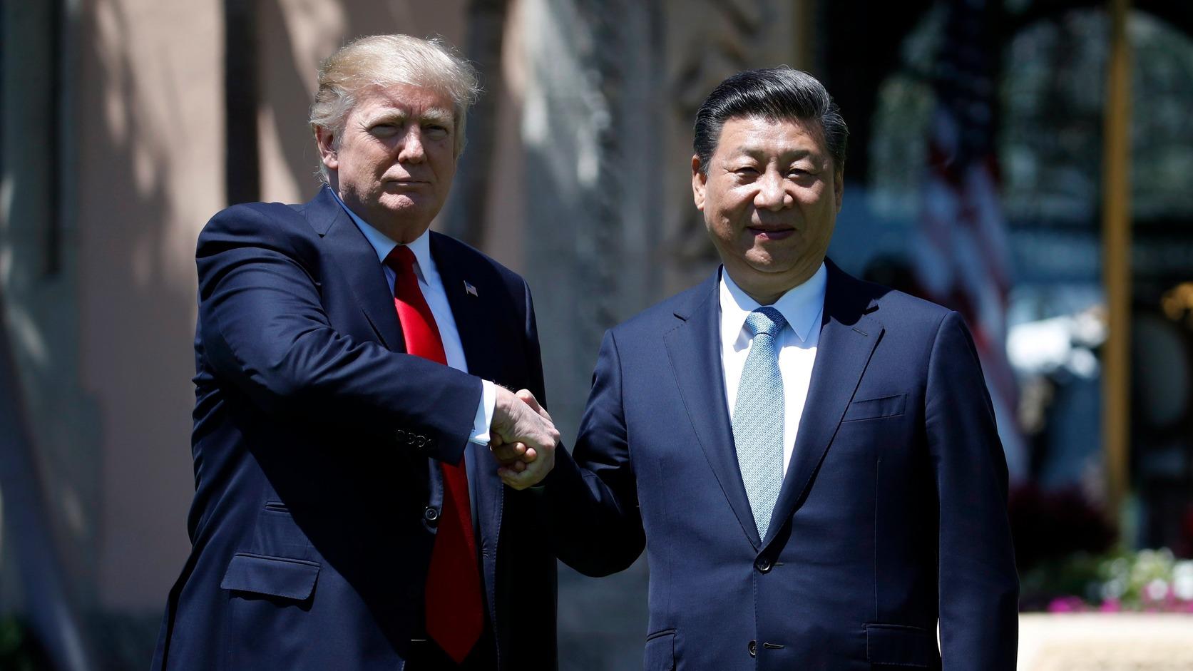 Donald Trump amerikai (b) és Hszi Csin-ping kínai elnök Trump Palm Beach-i birtokán, Mar-a-Lagóban 2017. április 7-én. MTI/AP Fotó