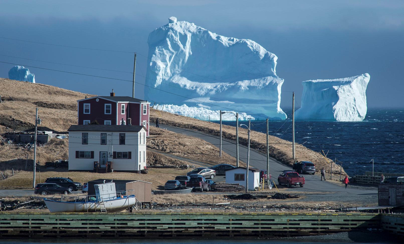 Helyi lakosok figyelik az első jéghegy sodródását az új-fundlandi Jéghegy-völgyben április 16-án. (Fotó: Reuters/Greg Locke)