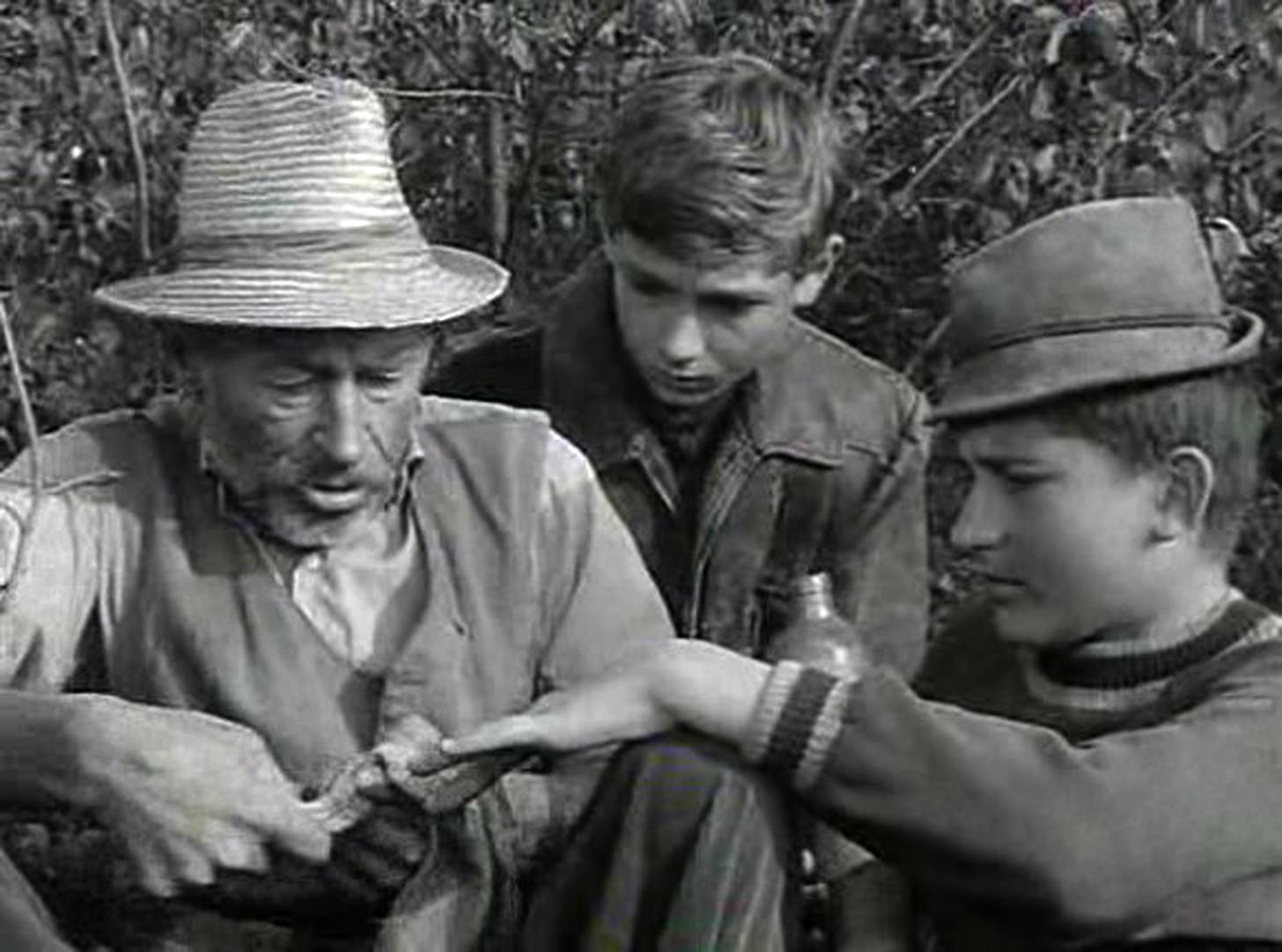 Bánhidi László (b) Matula bácsi, Seregi Zoltán (k) Ladó Gyula Lajos (Tutajos) és Barabás Tibor (j) Bütyök szerepében a Tüskevár című televíziós filmsorozat egyik jelenetében - az 1966-os felvétel készítésének pontos dátuma és helyszíne ismeretlen (Fotó: MTV)