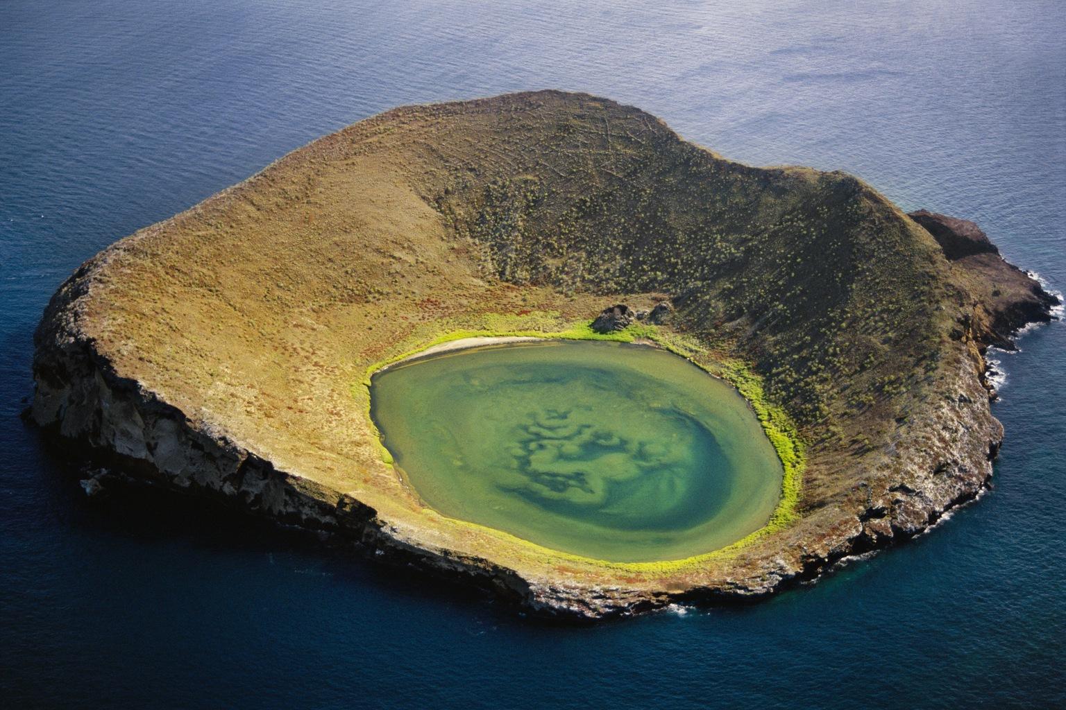 Vulkáni kráter az Isabela-szigeten. (Fotó: AFP)