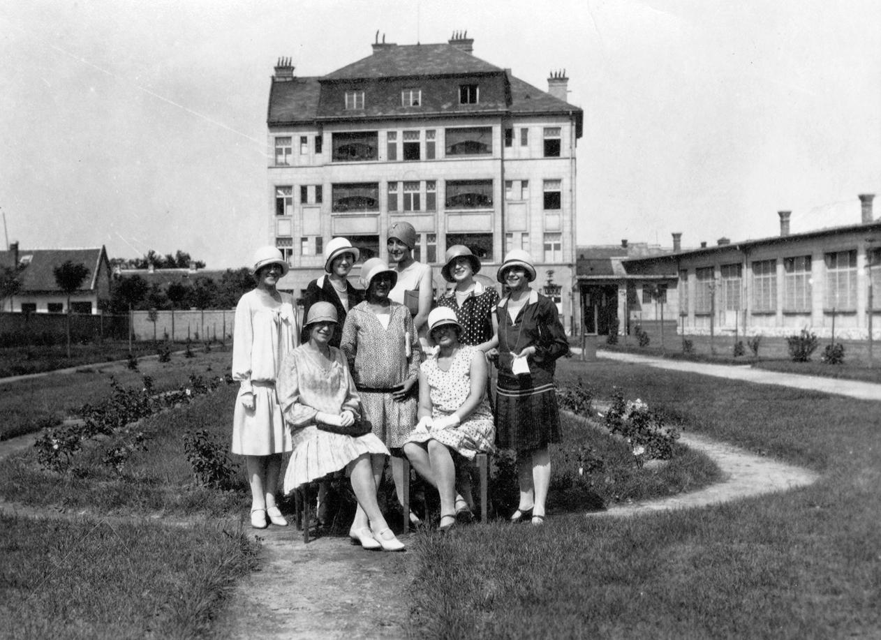 A Budapest III. kerület, Veder utca 28 sz. lakóház kerti homlokzata, jobbra egy Vihar utcai üzemcsarnok részlete 1932-ben (Fotó: Lengyel Zoltán(Fortepan)