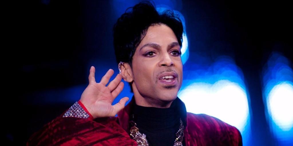 Korábban nem látott képekkel érkezik Prince memoárja