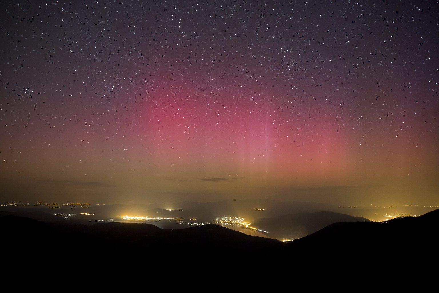 Pilisszentkereszt, 2015. március 18. Sarki fény (aurora borealis) a dobogókői kilátóból fotózva 2015. március 18-án. MTI Fotó: Mohai Balázs