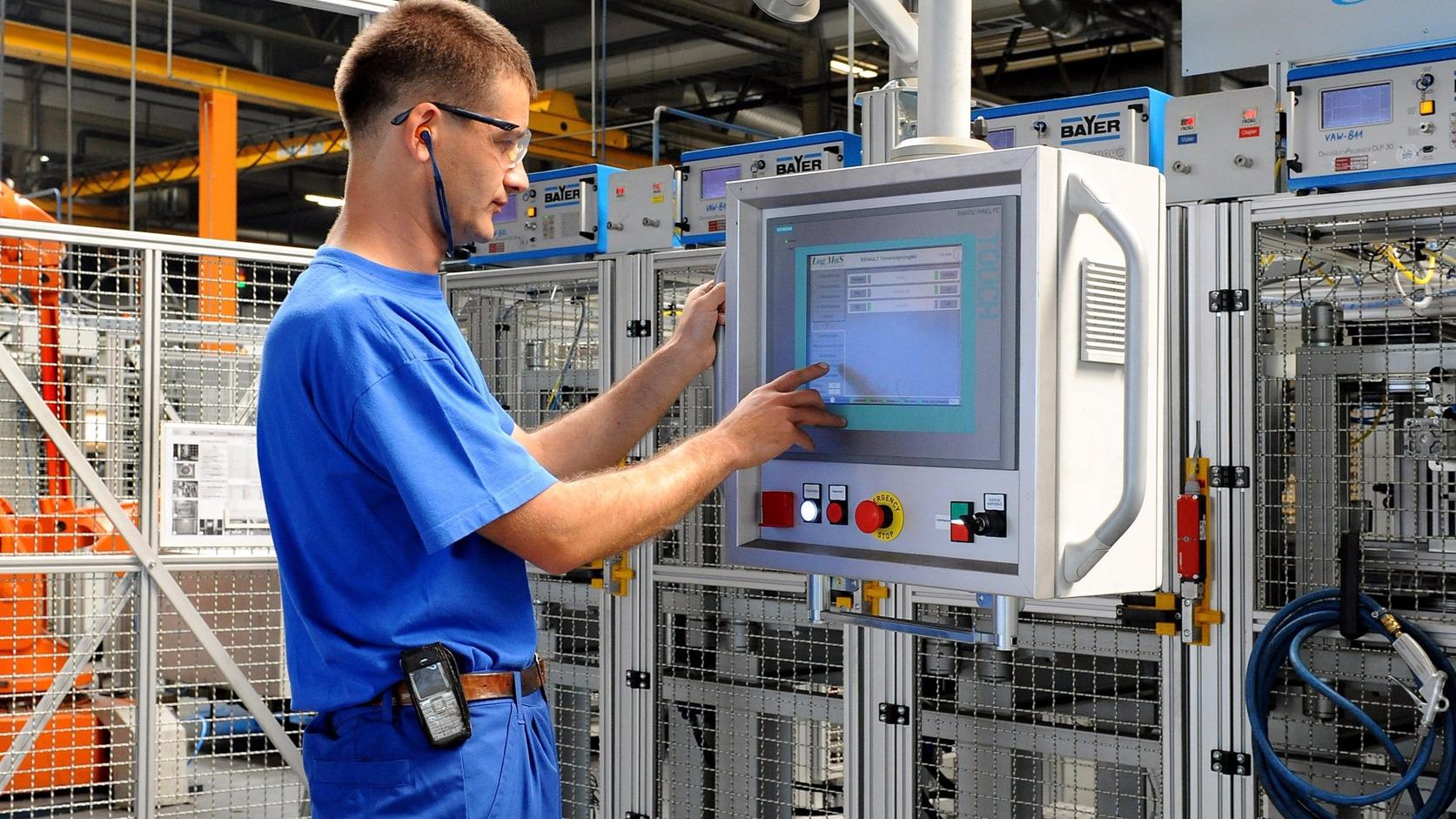 Győr, 2012. augusztus 3. Egy alkalmazott robot gyártósort programoz az autóipar számára hengerfejeket gyártó Nemak Kft. újonnan átadott gyárában a győri ipari parkban 2012. augusztus 3-án. A csaknem 50 milliárd forintos árbevételű cég a mexikói Nemak-csoport legnagyobb európai hengerfejgyára, amely az Opelt, és a Renault-t, az Audit és a BMW-t látja el termékeivel. MTI Fotó: Krizsán Csaba