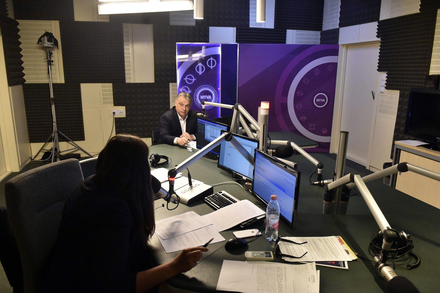 Orbán Viktor miniszterelnök a Magyar Rádió stúdiójában, ahol interjút adott Kocsis Éva műsorvezetőnek (b) a Kossuth Rádió 180 perc című műsorában 2017. május 19-én. MTI Fotó: Máthé Zoltán