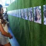 Versenyzők nézik a róluk készített fényképeket a 2017-es Magyarország Szépe - Miss World Hungary szépségverseny budapesti sajtótájékoztatóján 2017. május 18-án.<br /> MTI Fotó: Kovács Tamás