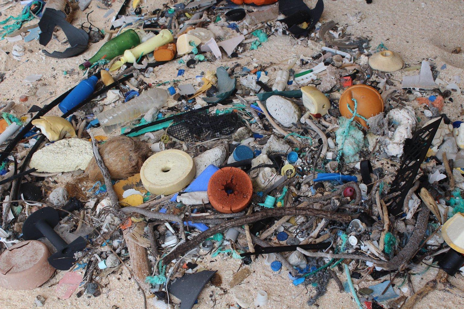 A tengeri és sarkvidékkutató intézet (IMAS) által 2017. május 16-án közreadott dátummegjelölés nélküli képen szeméthalom borítja a Henderson-sziget keleti partját. A világ egyik leginkább elhagyatott helyéről kiderült, hogy az egyik legszennyezettebb, 18 tonna, 38 millió darab szemetet találtak a szigeten, ami egyébként egy lakatlan atoll. A hulladék 99,8 százaléka műanyag, ennek 68 százaléka pedig nem is látszik elsőre, mert már a föld alatt van. Naponta 13000 új szemétdarabot mos partra az óceán. (MTI/EPA/IMAS/Jennifer Lavers)