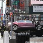 New York, 2017. május 18.<br /> Mentőalakulatok tagjai a New York-i Times Square-en, ahol gyalogosokat gázolt el egy nagy sebességgel érkező jármű 2017. május 18-án. Az első hírek szerint legalább egy ember életét vesztette, tízen megsérültek. (MTI/EPA/Gary He)