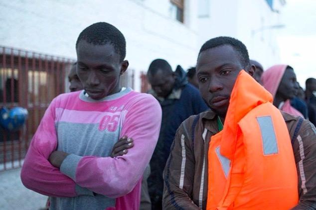Afrikai migránsok kimentésük után a Földközi-tenger térségében. MTI/EPA Fotó