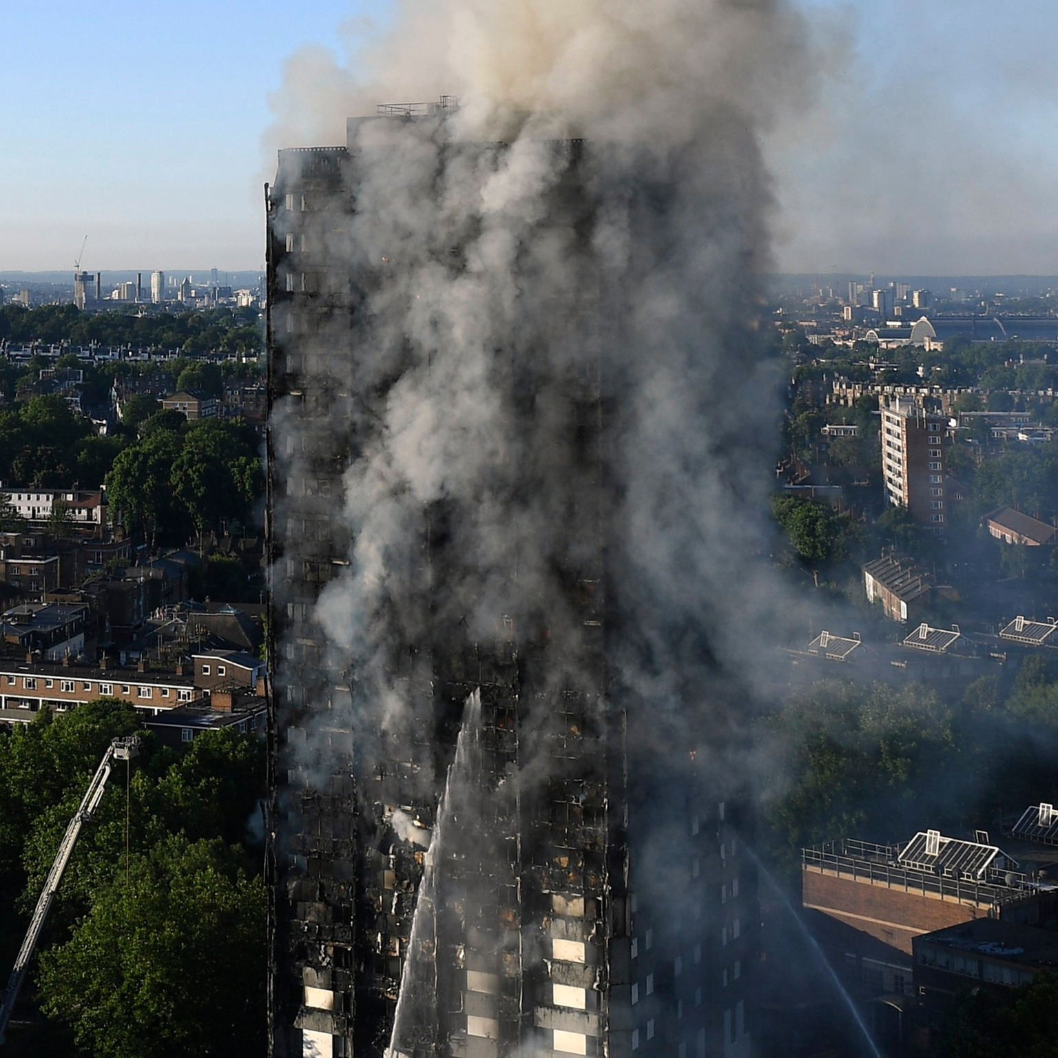 epa06027144 Smoke rises from the fire at the Grenfell Tower, a 24-storey apartment block in North Kensington, London, Britain, 14 June 2017. According to the London Fire Brigade, 40 fire engines and 200 firefighters are working to put out the blaze. Residents in the tower were said to be evacuating and a number of people were treated for a 'range of injuries,' Metropolitan Police said.  EPA/FACUNDO ARRIZABALAGA
