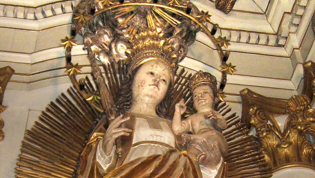 A híres kegyszobor, a sugárkoszorúval övezett Mária, aki a földgömbön és a holdsarlón áll, feje körül tizenkét csillagból álló glória, mely a Mária-kegyhely templomban áll – a holdsarlón egy emberarc van. Jobb kezében királynői jogart, baljában a gyermek Jézust tartja; mindkét szoboralak fejét korona díszíti. A 227 cm-es, aranyozott, festett hársfa szobor eredetileg egy szárnyasoltár központi alakja lehetett – keletkezésének időpontja a XVI. század eleje (MTI Fotó: Jászai Csaba)