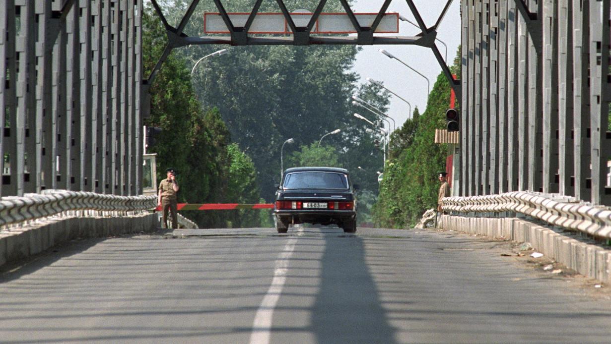 Viktor Silov altábornagy, a Déli Hadseregcsoport parancsnokának autója átlépi a határt a záhonycsapi átkelőhelyen - az utolsó szovjet katona is elhagyta Magyarország területét 1991. június 19-én, 15 óra 1 perckor a magyar-szovjet határnál, a záhonyi átkelőhelyen (MTI Fotó: Kleb Attila)