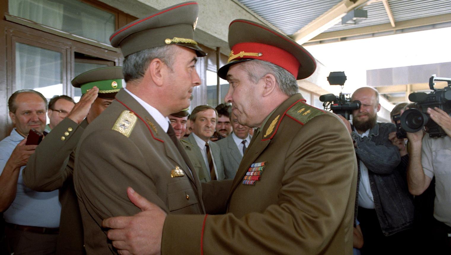 Annus Antal altábornagy, a Honvédelmi Minisztérium államtitkára (j) ünnepélyes keretek között búcsút vesz Viktor Silov (b) altábornagytól, a még hazánkban tartózkodó utolsó szovjet katonától, aki június 19-én, 15 óra 1 perckor elhagyta Magyarországot - a Déli Hadseregcsoport parancsnoka az alakulatok teljes kivonása után, utolsóként lépte át a szovjet-magyar határt a záhony-csapi átkelőhelyen (MTI Fotó: Kleb Attila)