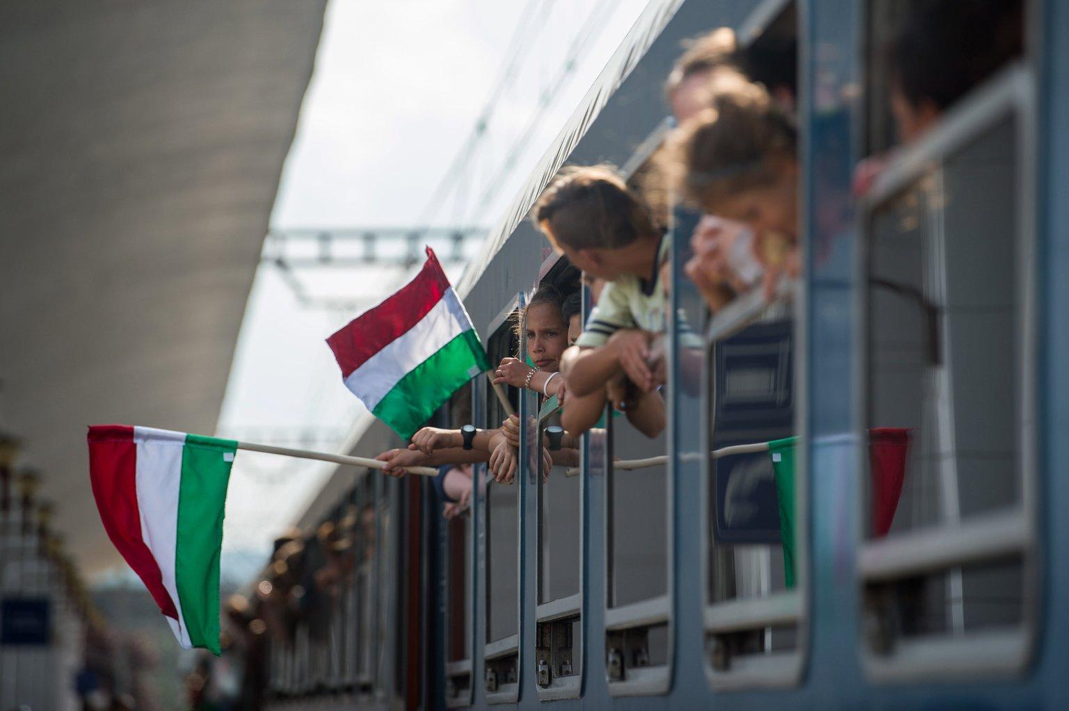 A csíksomlyói búcsúba tartó Boldogasszony zarándokvonat a kolozsvári vasútállomáson 2017. június 1-jén. MTI Fotó: Balogh Zoltán