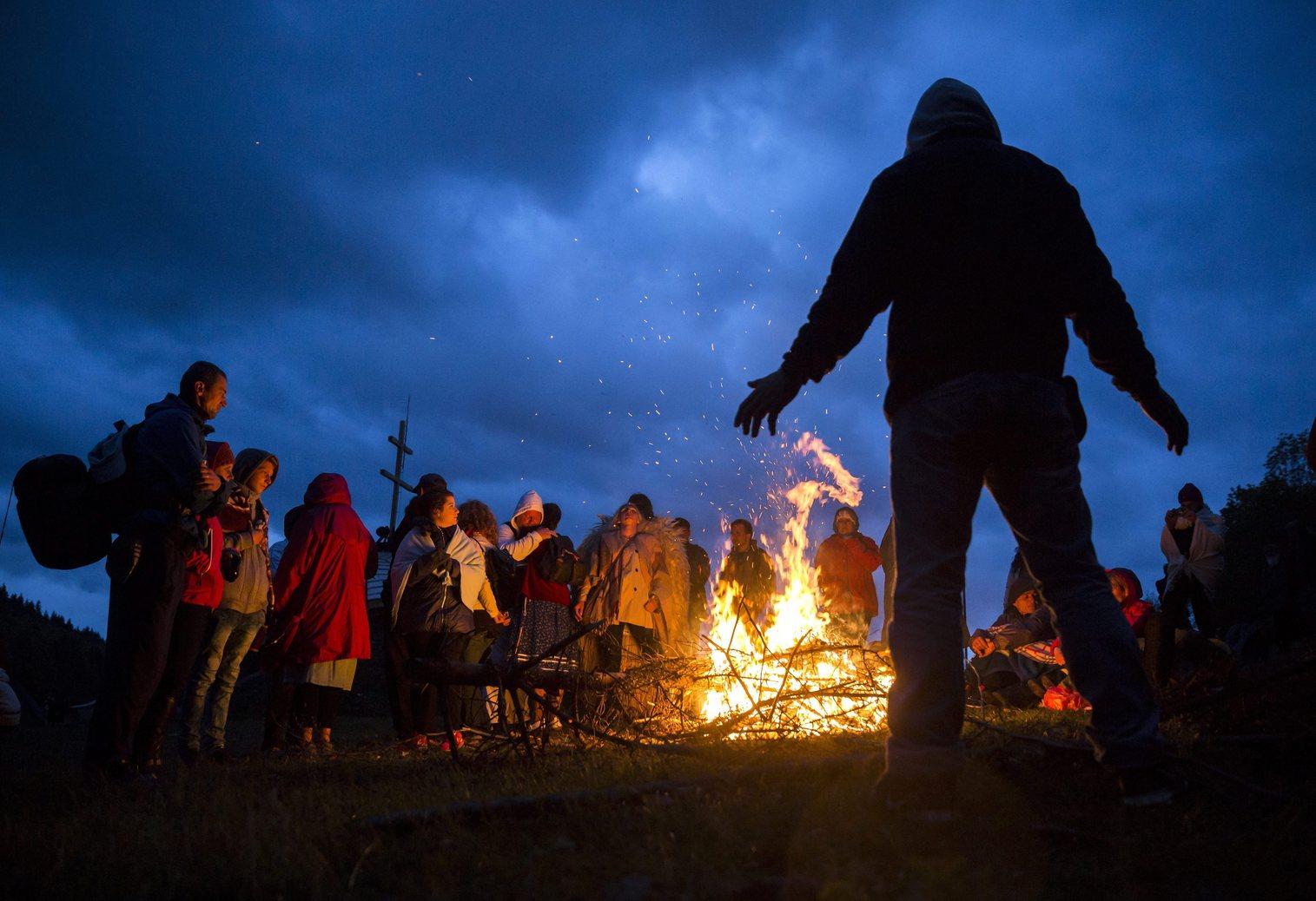 A csíksomlyói búcsú zarándokai tűz mellett virrasztanak a Kis- és Nagysomlyó-hegy közötti nyeregben 2016. május 15-én (MTI Fotó: Mohai Balázs)