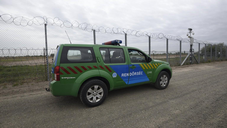 Gépkocsizó járőr a szerb-magyar határon álló biztonsági határzár első és második kerítéssora között futó manőverúton Röszke térségében - képünk illusztráció (MTI Fotó: Kelemen Zoltán Gergely