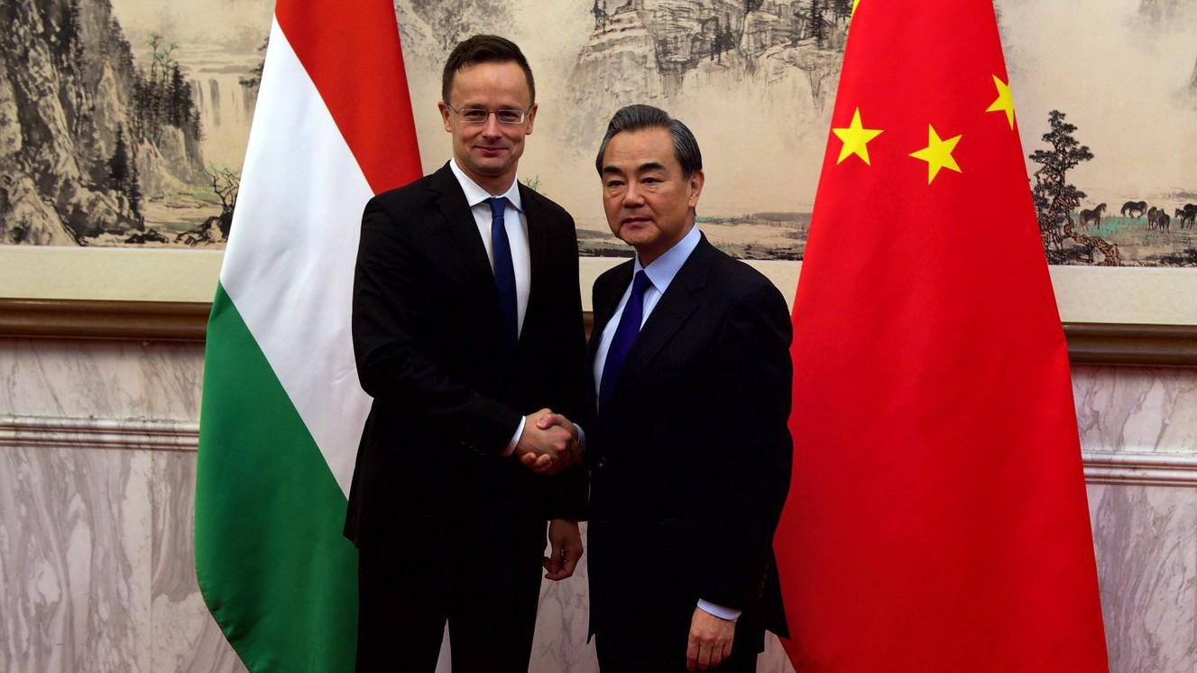 A Külgazdasági és Külügyminisztérium (KKM) által közreadott képen Szijjártó Péter külgazdasági és külügyminiszter és Vang Ji kínai külügyminiszter találkozója Pekingben 2016. november 30-án (MTI Fotó: KKM)