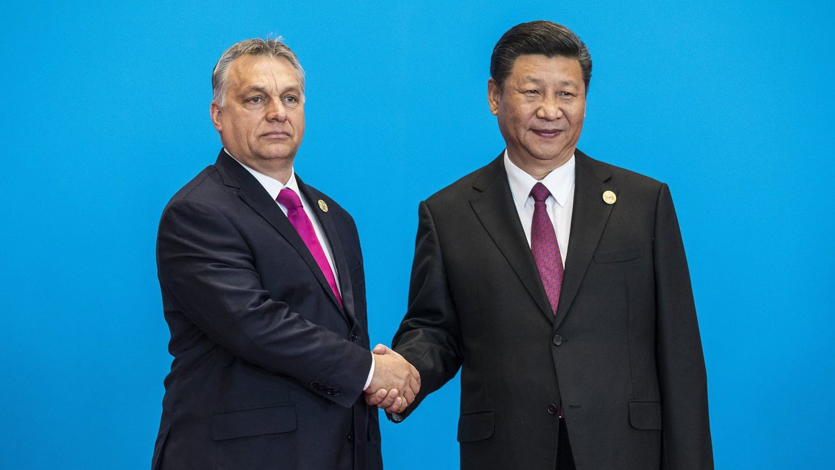 A Miniszterelnöki Sajtóiroda által közreadott képen Hszi Csin-ping kínai elnök (j) fogadja a hivatalos látogatáson Kínában tartózkodó Orbán Viktor miniszterelnököt az Egy övezet, egy út fórum vezetői kerekasztal-tanácskozása előtt a Jencsi-tó Nemzetközi Kongresszusi Központban 2017. május 15-én (MTI Fotó: Miniszterelnöki Sajtóiroda / Szecsődi Balázs)