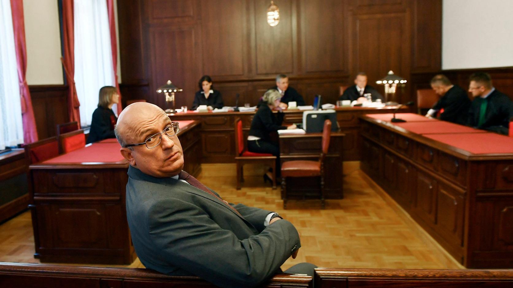 Budapest, 2017. június 8. Császy Zsolt, a Magyar Nemzeti Vagyonkezelő (MNV) Zrt. volt értékesítési igazgatója a 2008-as sukorói telekcsere ügyében indult büntetőper tárgyalásán a Kúrián 2017. június 8-án. Három, illetve két és fél év letöltendő börtönbüntetésre ítélte hűtlen kezelés kísérlete miatt a Kúria a 2008-as sukorói telekcsere ügyében Tátrai Miklóst és Császy Zsoltot, az MNV Zrt. egykori vezetőit. A harmadfokú ítélet jogerős. MTI Fotó: Illyés Tibor