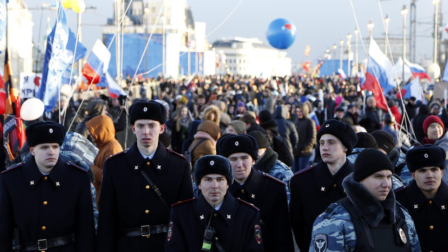 Résztvevők a Krím Oroszországhoz csatolásának második évfordulója alkalmából rendezett koncerten Moszkva belvárosában 2016. március 18-án - két évvel korábban, 2014. március 16-án az Ukrajnához tartozó Krím félszigeten a helyi oroszbarát vezetés által kiírt népszavazáson a lakosok nagy többsége az Oroszországhoz való csatlakozás mellett foglalt állást (Fotó: MTI/EPA pool/Makszim Sipenkov)