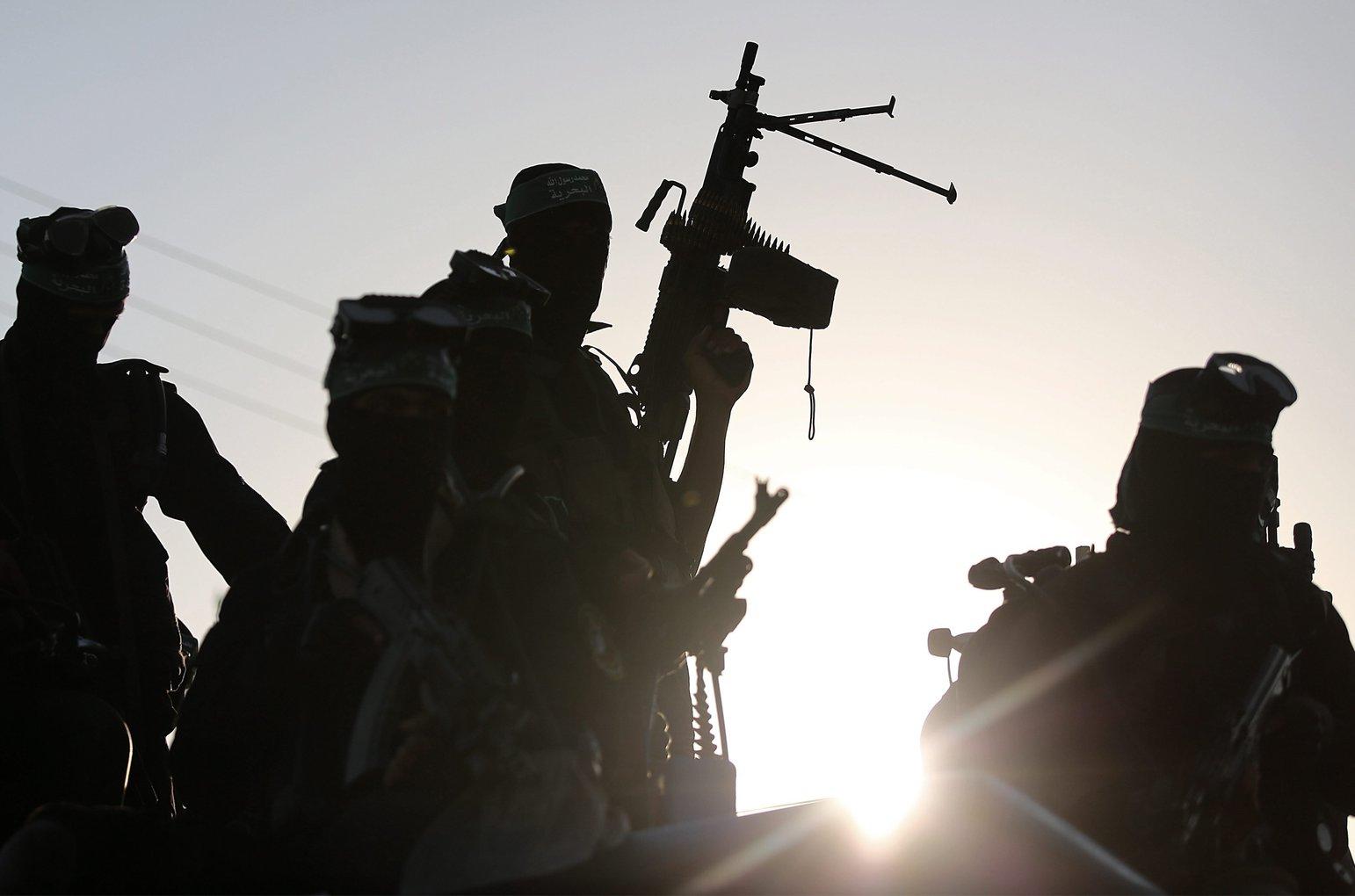 A Hamász radikális palesztin szervezet fegyveresei katonai (Fotó: MTI/EPA/Mohamed Szaber)