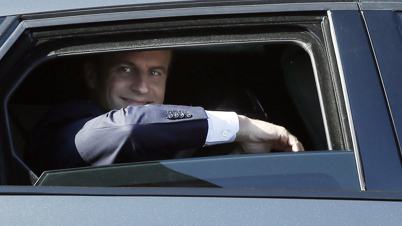 Emmanuel Macron francia elnök egy autóban ül szavazata leadás után az észak-franciaországi Le Touquet településen 2017. június 18-án, a kétfordulós francia parlamenti választások második fordulójának napján (Fotó: MTI/EPA/Etienne Laurent)