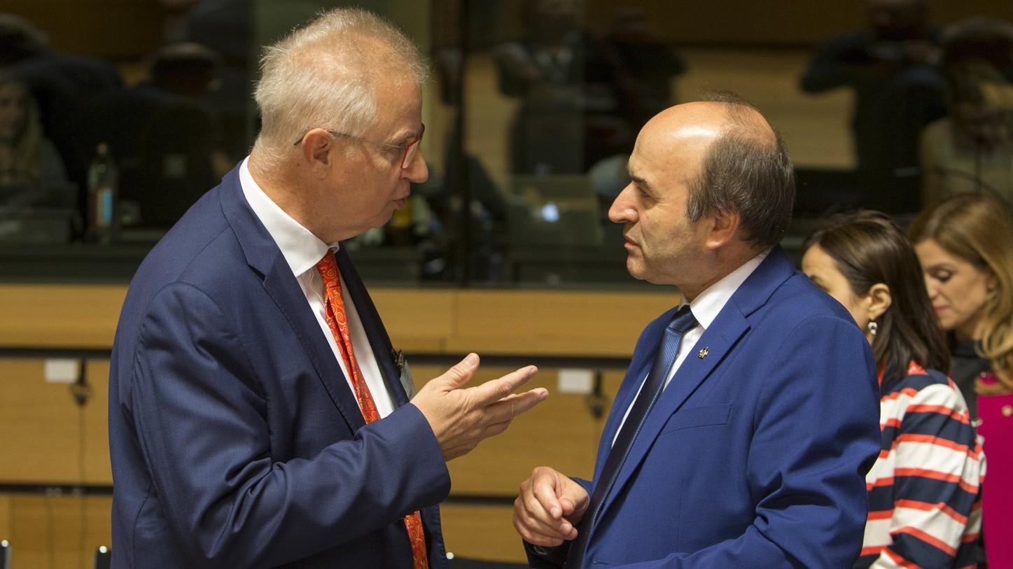Trócsányi László, igazságügyi miniszter és Tudorel Toader, román igazságügyi miniszter beszélget az Európai Unió Igazság- és Belügyi Tanácsának luxembourgi ülésén 2017. június 9-én (Fotó: MTI/Európai Tanács/Enzo Zucchi)