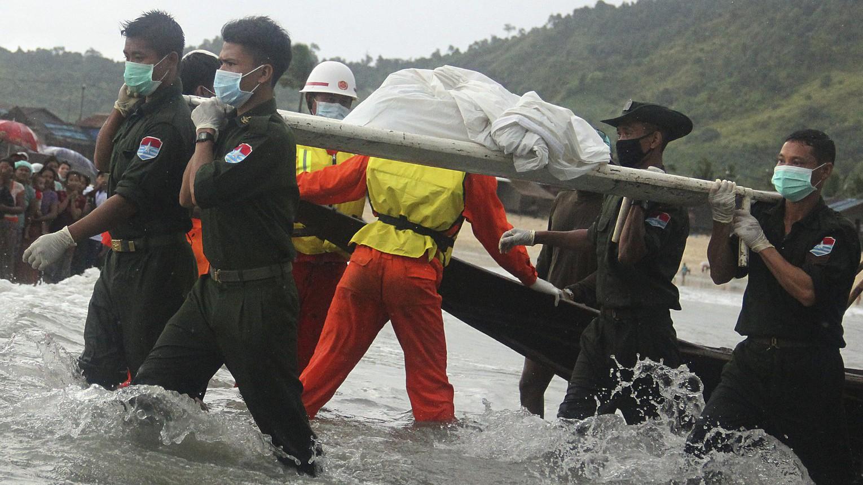 Az egyik áldozat holttestét viszik egy mentőcsapat tagjai a Mianmar deli részén fekvő San Hlan település közelében 2017. június 8-án, egy nappal azután, hogy a légierő egyik Y-8-as repülőgépe az Andamán-tengerbe zuhant több mint száz utassal a fedélzetén kevéssel a felszállást követően - a haditengerészet és civil hajók eddig tíz holttestre bukkantak (Fotó: MTI/AP/Esther Htusan)