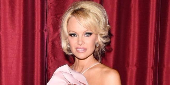 Pamela Anderson erre a vonzó 31 éves focistára cserélte Paul Assange-t
