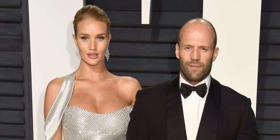 Mindenki lélegzetelállító kedvese miatt irigyelte Jason Stathamet a bemutatón