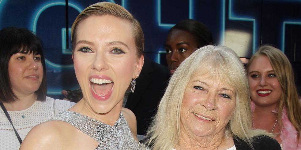 Leesett a közönség álla: Scarlett Johansson és 72 éves hasonmása együtt bulizott