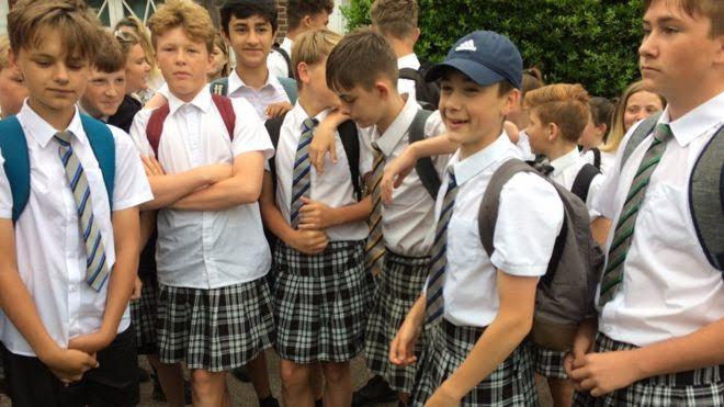 Győztek a szoknyában lázadó brit fiúk: jövőre már rövidnadrágot húzhatnak
