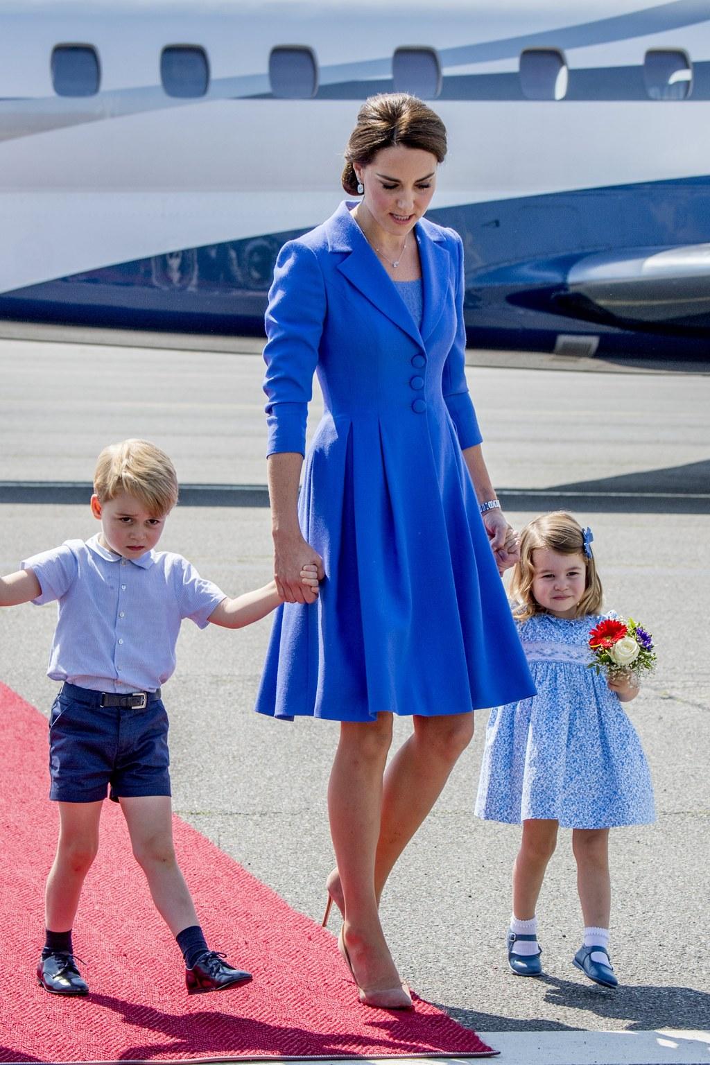 Katalin hercegnő, Vilmos cambridge-i hercegnek, a brit trónörökös elsőszülött fiának a felesége kislányukkal, Sarolta hercegnővel és fiukkal, György herceggel a berlini repülőtéren tartott fogadási ünnepségen 2017. július 19-én. Fotó: MTI/EPA pool/Robin Utrecht