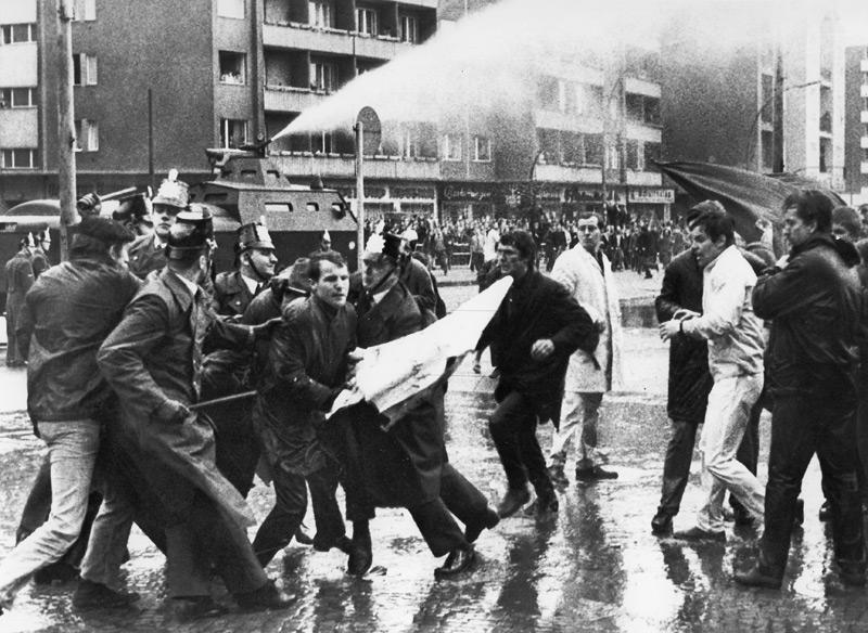 Az APO tagjai rendőrökkel csapnak össze a hatvanas évek Nyugat-Németországában. Fotó: The Other Alliance.com