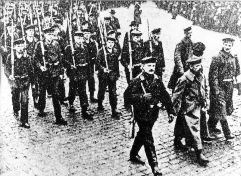 Az északnémet Kiel városában masíroznak a lázadó matrózok. Fotó: Bundesarchiv/Robert Sennecke/Wikimedia