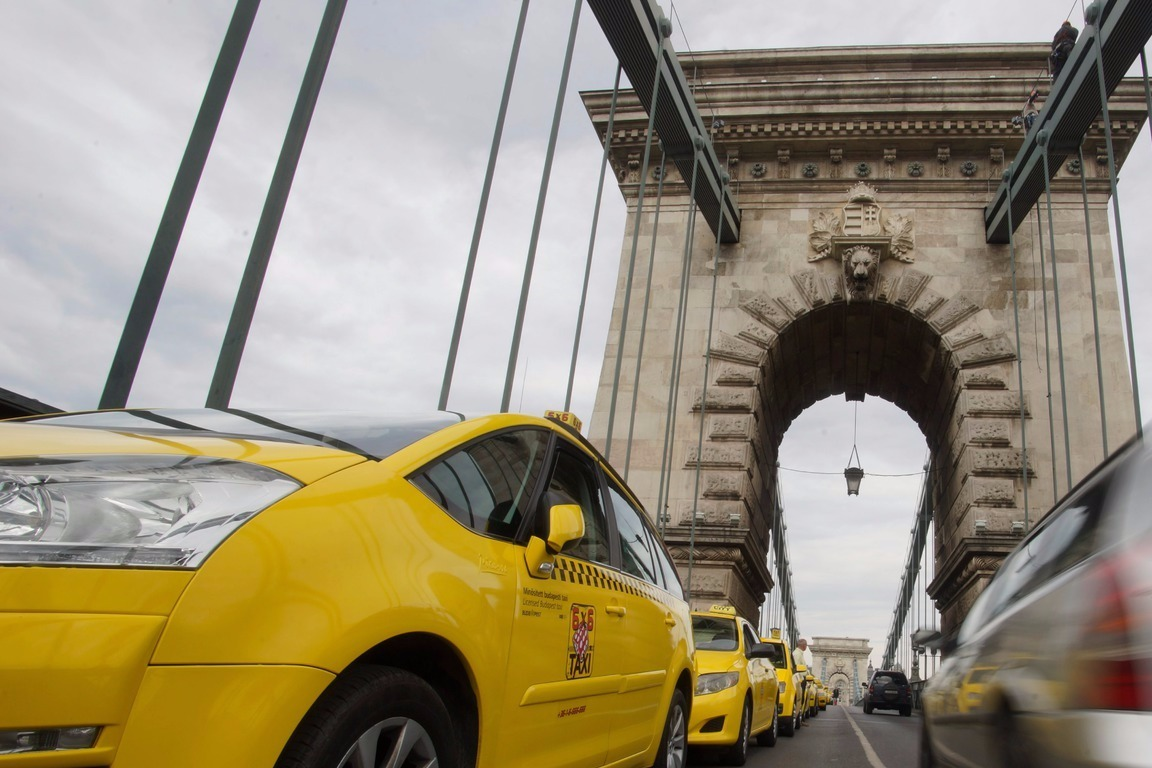 Budapest, 2016. május 3.A demonstráló taxis szervezetek konvoja a Lánchídon 2016. május 3-án. A taxisok az Uber közösségi személyszállító szolgáltatás ellen tiltakoznak vonulásos demonstrációjukkal a belvárosban.MTI Fotó: Balogh Zoltán