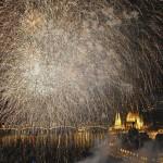 Budapest, 2017. július 14.<br /> Tűzijáték a 17. vizes világbajnokság megnyitóján a Lánchíd pesti hídfőjénél 2017. július 14-én. Jobbra az Országház.<br /> MTI Fotó: Czeglédi Zsolt