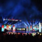 Budapest, 2017. július 14.<br /> Megvilágított vízfüggöny a 17. vizes világbajnokság megnyitóján tartott összművészeti előadáson a Lánchíd pesti hídfőjénél, a Duna vizén kialakított alkalmi színpadon 2017. július 14-én. Háttérben nemzeti színű fényfestés a budai Váron.<br /> MTI Fotó: Koszticsák Szilárd