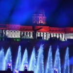 Budapest, 2017. július 14.<br /> Megvilágított vízfüggöny a 17. vizes világbajnokság megnyitóján 2017. július 14-én. Háttérben nemzeti színű fényfestés a budai Váron.<br /> MTI Fotó: Koszticsák Szilárd
