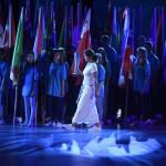 Budapest, 2017. július 14.<br /> Egerszegi Krisztina ötszörös olimpiai bajnok, többszörös Európa- és világbajnok úszó a vizes világbajnokság megnyitóján a Lánchíd pesti hídfőjénél, a Duna vizén kialakított alkalmi színpadon 2017. július 14-én. A sportoló a vizes vb történetében először - az olimpiai láng meggyújtásának analógiájára - egy vizes szimbólummal a kezében, ami jelzi a versenyek kezdetét. A FINA -világbajnokságok új jelképét Fontanának nevezték el.<br /> MTI Fotó: Koszticsák Szilárd