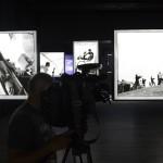 Benkő Imre fotográfus képei a Sziget fesztivál 25. évfordulója alkalmából rendezett fotókiállítás megnyitóján a budapesti Robert Capa Kortárs Fotográfiai Központban 2017. július 11-én. A Sziget 25 - Fesztiváltörténelem fényképeken című tárlat augusztus 31-ig tekinthető meg.<br /> MTI Fotó: Soós Lajos