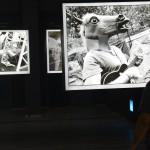 enkő Imre fotográfus képei a Sziget fesztivál 25. évfordulója alkalmából rendezett fotókiállítás megnyitóján a budapesti Robert Capa Kortárs Fotográfiai Központban 2017. július 11-én. A Sziget 25 - Fesztiváltörténelem fényképeken című tárlat augusztus 31-ig tekinthető meg.<br /> MTI Fotó: Soós Lajos