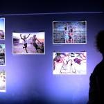 Érdeklődő a Sziget fesztivál 25. évfordulója alkalmából rendezett fotókiállítás megnyitóján a budapesti Robert Capa Kortárs Fotográfiai Központban 2017. július 11-én. A Sziget 25 - Fesztiváltörténelem fényképeken című tárlat augusztus 31-ig tekinthető meg.<br /> MTI Fotó: Soós Lajos