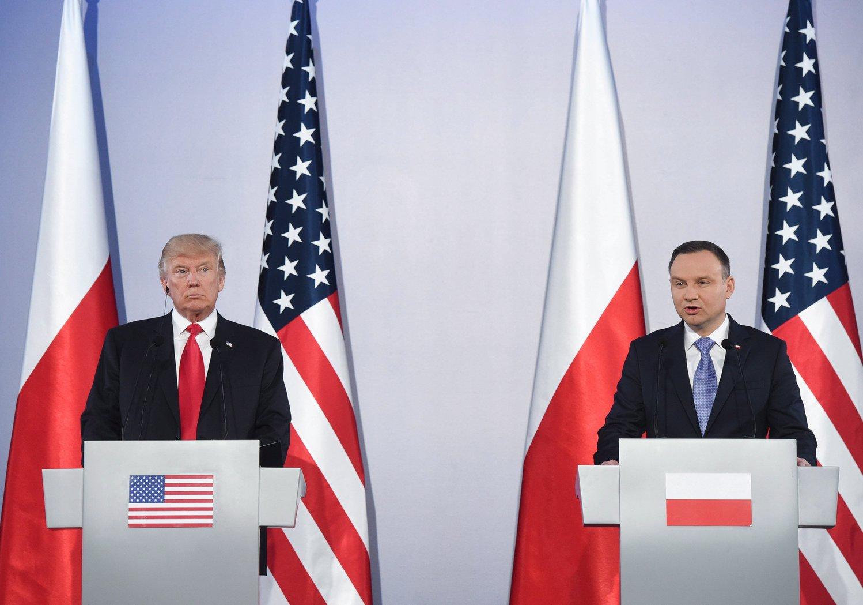 Andrzej Duda lengyel (j) és Donald Trump amerikai elnök sajtóértekezlete a varsói királyi várban 2017. július 6-án. (MTI/EPA/Radek Pietruszka)
