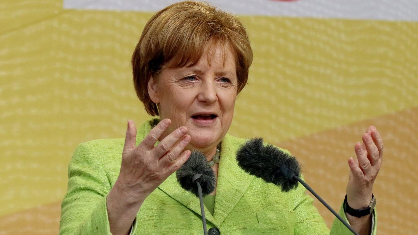 Angela Merkel német kancellár, a Kereszténydemokrata Unió, a CDU elnöke beszédet mond egy választási kampányrendezvényen az észak-németországi Neuharlingersielben 2017. július 14-én. Németországban 2017. szeptember 24-én tartják a szövetségi parlamenti választásokat (Fotó: MTI/EPA/Focke Strangmann)