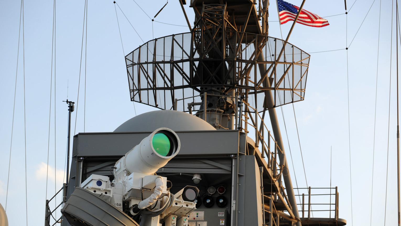 Lézerfegyver (LaWS) a USS Ponce fedélzetén – Forrás: U.S. Navy photo by John F. Williams