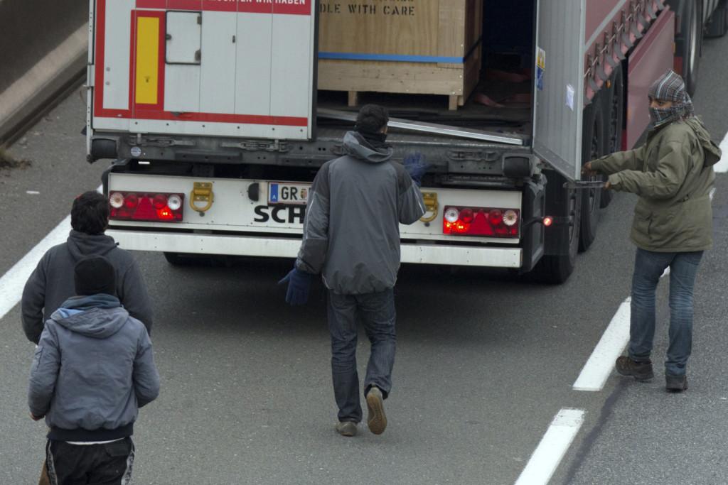 Véres fejjel hagyták magára a kamionost migránsok