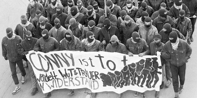 MEgölt társukra emlékező autonómok a nyolcvanas évek végén. Fotó: lowerclassmag.com