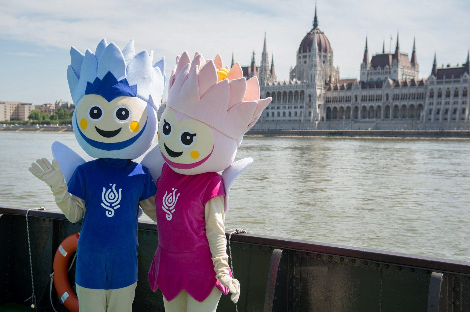 Lali és Lili, a két kabalafigura a budai alsó rakparton, a Batthyány téri hajóállomáson lévő 17. FINA Világbajnokság Látogatóközpontjánál, ahol sajtótájékoztatót tartottak 2017. július 6-án. Bejelentették, hogy a budapesti vizes vb helyszínéül szolgáló Duna Aréna akadálymentes, a kerekesszéket használók pedig online is megvásárolhatják jegyüket a sporteseményre. MTI Fotó: Cseke Csilla