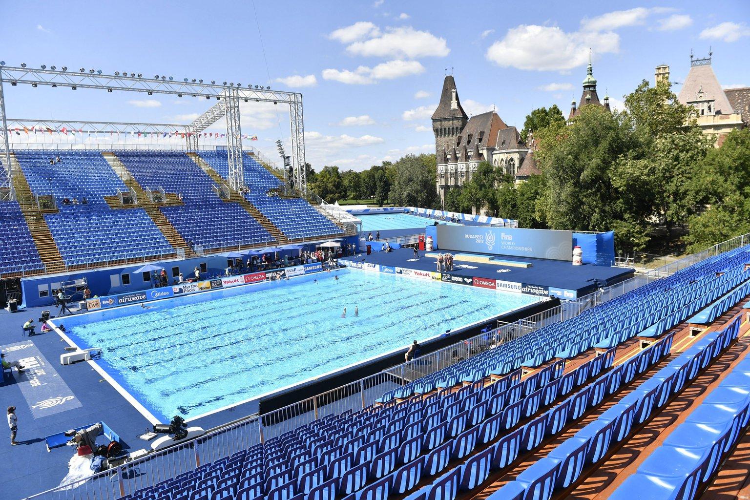 A 2017-es vizes világbajnokság szinkronúszó versenyeinek helyszíne a Városligetben, a Vajdahunyad vára mellett 2017. július 13-án. MTI Fotó: Illyés Tibor